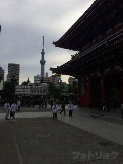 浅草寺の境内でスカイツリーを撮影2