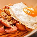 【簡単料理レシピ】大人にも人気のカリカリウインナーのナポリタンの半熟たまご載せ