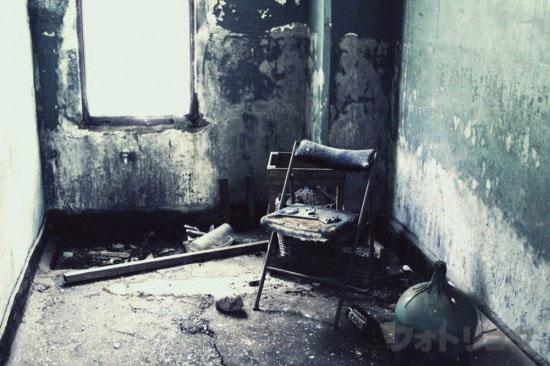 廃墟内部椅子