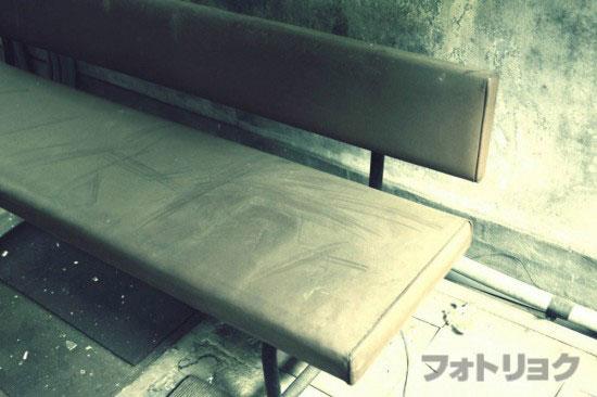 廃墟内のベンチ