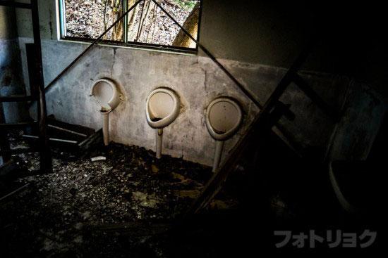 ロープウェイ廃墟のトイレ
