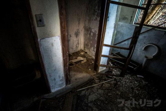 ロープウェイ廃墟のトイレ2