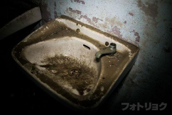 ロープウェイ廃墟のトイレ3